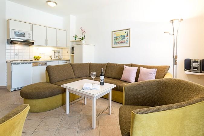 appartement 6 in der villa strandburg an der strandpromenade im ostseebad binz auf r gen. Black Bedroom Furniture Sets. Home Design Ideas